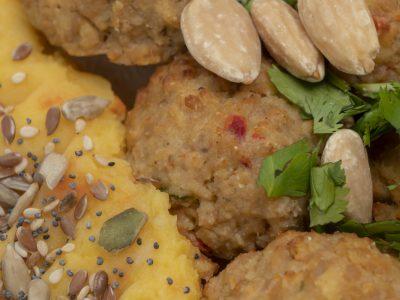 albondigas de soja con puré de tuberculos, noisette de verduras, almendras y mix de semillas (2)